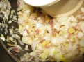 Ail, gingembre, oignon et raifort, hachés en préparation du vinaigre du dragon