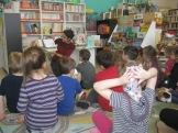 Les enfants sont attentifs à l'histoire de Martin le lapin!